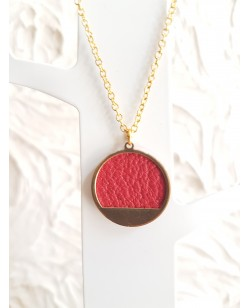 Collier plaqué or et pendentif laiton avec cuir de veau rouge