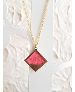 Collier plaqué or et pendentif laiton avec cuir de veau rose